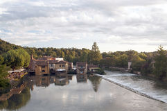 Fluss Mincio und das Dorf von Borghetto Stockbild