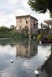 Fluss Mincio und das Dorf von Borghetto Lizenzfreies Stockfoto