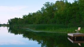Fluss Mississipi fließt Norden gerade nördlich Landstraße 2 in Bemidji Minnesota im Clip, das von einem reisenden Süden des Boote stock footage