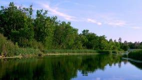 Fluss Mississipi fließt Norden gerade nördlich Landstraße 2 in Bemidji Minnesota im Clip, das von einem reisenden Süden des Boote stock video footage