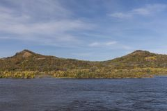 Fluss Mississipi im Herbst Stockfoto