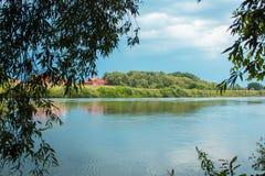 Fluss mit Bäumen in Kostenki stockbild