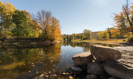 Fluss mit Bäumen und Feldern in den Fallfarben im Adirondacks Stockfotografie