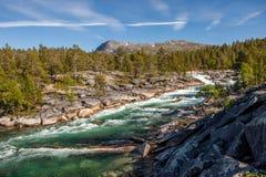 Fluss mit Bergen in der Rückseite Lizenzfreies Stockfoto