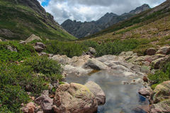 Fluss mit Berglandschaft auf Hintergrund Lizenzfreies Stockfoto