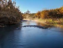 Fluss mit der Verdunstung auf einem sehr kalten Morgen stockbild