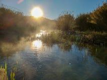 Fluss mit der Verdunstung auf einem sehr kalten Morgen stockfotos