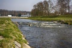 Fluss mit einem Wehr Lizenzfreie Stockfotos