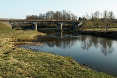 Fluss mit einer Br?cke im backround in Sabile, Lettland stockfotografie