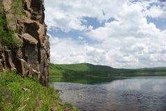 Fluss mit Felsen Stockfotografie