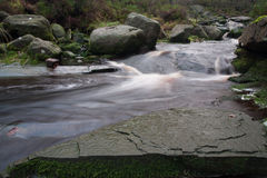 Fluss mit Felsen im Höchst-Distrcit Stockbild