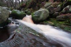 Fluss mit Felsen im Höchstbezirk Stockbilder