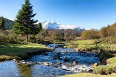 Fluss mit Pic du Midi de Bigorre in den französischen Pyrenäen stockbild