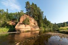 Fluss mit Reflexionen in den Wasser- und Sandsteinklippen Stockfotos
