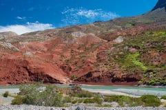 Fluss mit roten Felsen lizenzfreies stockbild