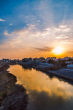 Fluss mit schönem Sonnenuntergang Stockfoto