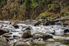 Fluss mit Schnee und Eis stockbilder