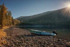 Fluss mit starkem Forest And Abandoned Speedboat On die Bank, Altai-Gebirgshochland-Natur Autumn Landscape Foto Lizenzfreies Stockfoto