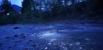 Fluss mitten in der Nacht lizenzfreie stockbilder
