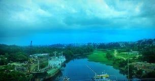 Fluss mitten in der Stadt Stockfotografie