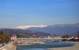 Fluss Mzymta in Adler, der southest Bezirk von Lizenzfreie Stockfotos