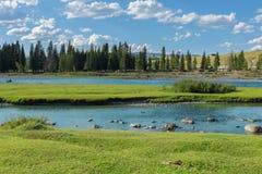 Fluss nahe dem Dorf von Ulugun in den Altai-Bergen Lizenzfreies Stockfoto