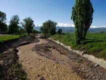 Fluss nahe dem Turm Burana Lizenzfreies Stockbild