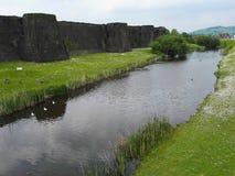 Fluss nahe einem Schloss Stockbilder