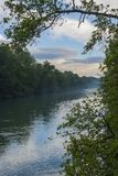 Fluss nannte Adda im Norden von Italien zwischen zwei Holz lizenzfreies stockbild