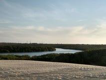 Fluss nannte Aracatiaçu auf der schönen Landschaft der brasilianischen Küste stockfoto
