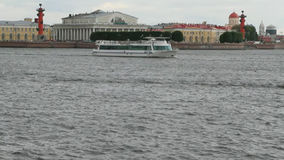 Fluss Neva, Spucken von Vasilevsky-Insel St Petersburg, Russland stock footage