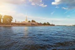 Fluss Neva und Peter und Paul Fortress in St Petersburg Lizenzfreies Stockfoto
