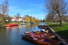 Fluss-Nocken bei Jesus Green in Cambridge Großbritannien mit Stocherkähnen Lizenzfreie Stockfotos