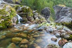 Fluss in Norwegen lizenzfreies stockbild