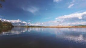 Fluss-oder See-Landschaft mit Reflexionen des bewölkten Himmels im Wasser Kräuselungs-Oberfläche des ruhigen Wassers zur Abend-od stock footage