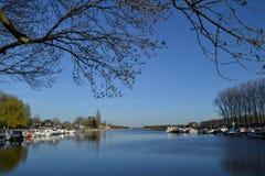 Fluss Oude IJssel mit Jachthafen Stockbild