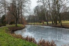 Fluss am Park bedeckt im Eis Lizenzfreies Stockbild