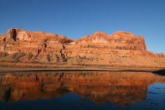 Fluss-Reflexionen lizenzfreies stockfoto
