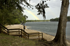 Fluss-Regenbogen Stockfoto