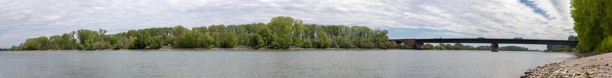 Fluss Rhein, der durch Ludwigshafen-Tal in Deutschland überschreitet stockbilder