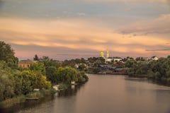 Fluss ROS und orthodoxe Kirche am Abend stockfoto