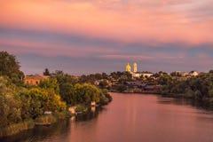 Fluss ROS und orthodoxe Kirche am Abend stockbilder