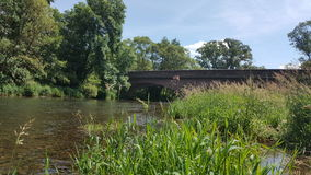 Fluss-Ruhe-Natur-Brücke Lizenzfreies Stockbild