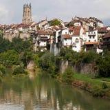 Fluss Sarine durch Fribourg Stockbilder