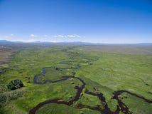 Fluss schlängelt sich in einem Gebirgstal Stockfotos