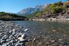 Fluss-Schlucht in Albanien lizenzfreie stockbilder