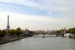 Fluss Seine und Eiffelturm Stockbild