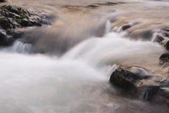 Fluss am Sonnenaufgang lizenzfreie stockfotos
