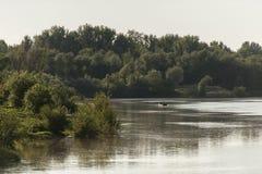 Fluss-Sonnenuntergang mit Fischer Stockfotografie