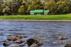 Fluss Spey und Fischenhütte. Lizenzfreie Stockbilder